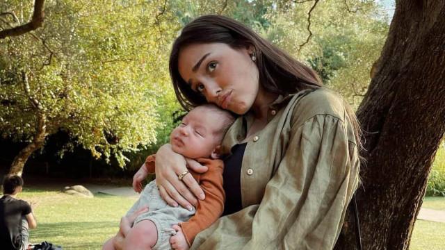 Angie Costa apresenta o padrinho do filho recém-nascido