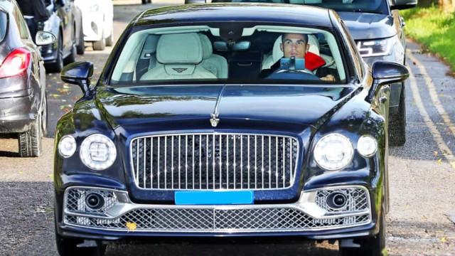 O Bentley com que Ronaldo chegou ao treino do Manchester United