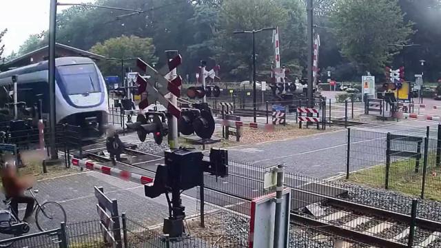 Mulher escapa por pouco a ser atropelada por comboio em passagem de nível