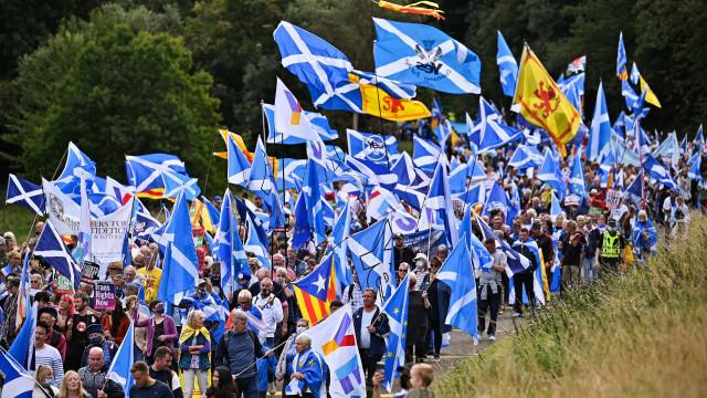 Milhares participam na capital escocesa em grande marcha independentista