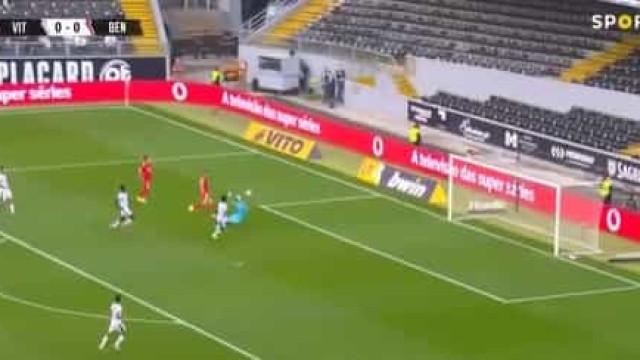 Benfica abriu o marcador em Guimarães com toque subtil de Yaremchuk