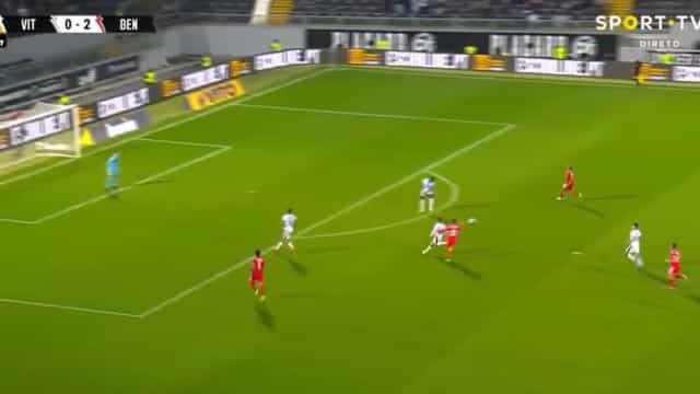 João Mário a culminar em golo um contra-ataque fatal do Benfica