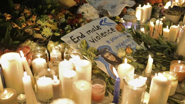 Centenas em homenagem à jovem professora encontrada morta em Londres