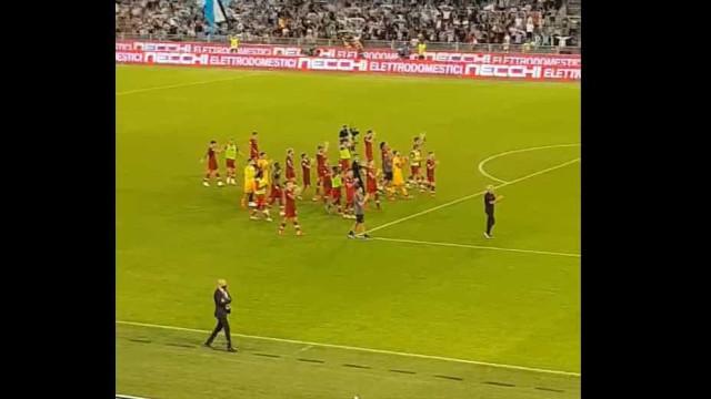 Mourinho encarou adeptos após derrota no dérbi de Roma