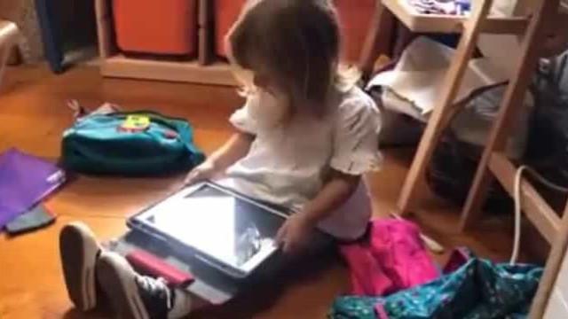 Torna-se viral vídeo de criança que tenta ensinar Siri a falar galego