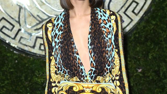 Daniela Melchior deslumbrante em desfile da Versace em Itália