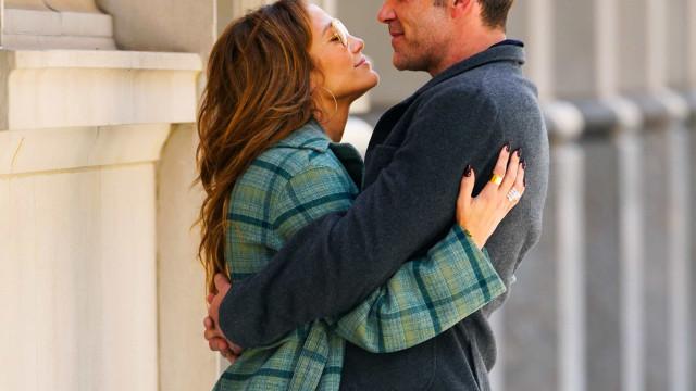 J.Lo e Ben Affleck trocam beijos apaixonados nas ruas Nova Iorque