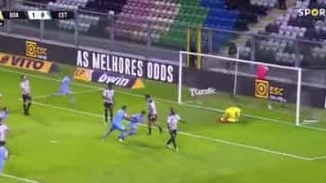 André Franco salta do banco e marca pelo Estoril... quatro minutos depois