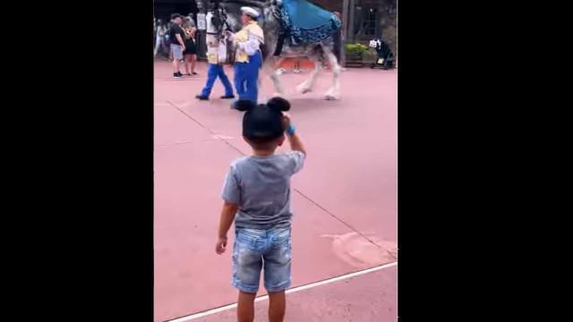 Com este gesto, criança torna-se num príncipe de 'carne e osso' da Disney
