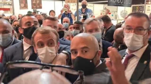 Macron atingido por ovo atirado durante visita a feira em Lyon