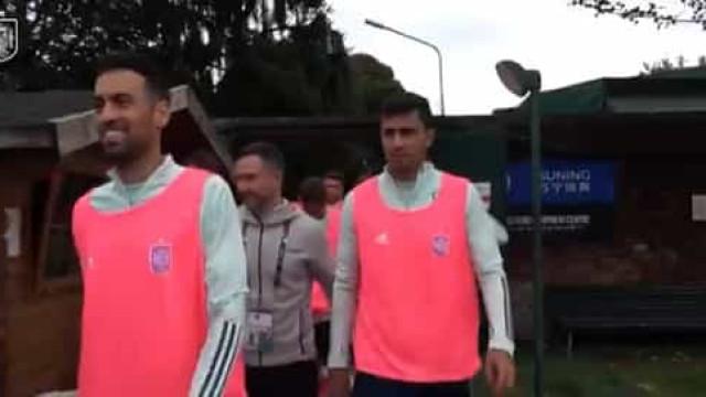 Seleção espanhola treinou de colete cor de rosa por uma boa causa