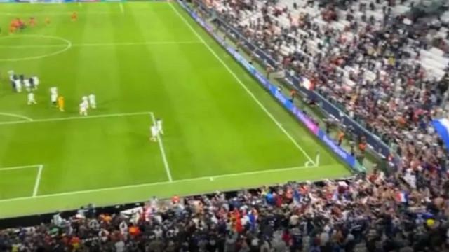 Adepto francês agredido no estádio após ganhar a camisola de Koundé