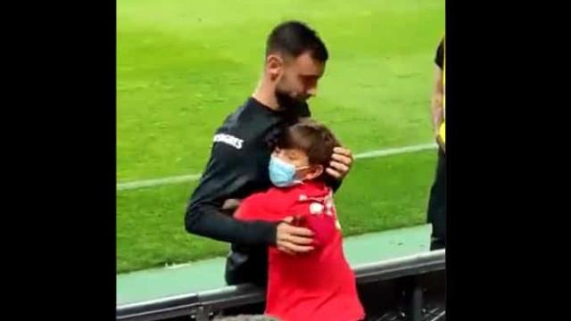 O gesto de Bruno Fernandes após a vitória de Portugal no Algarve