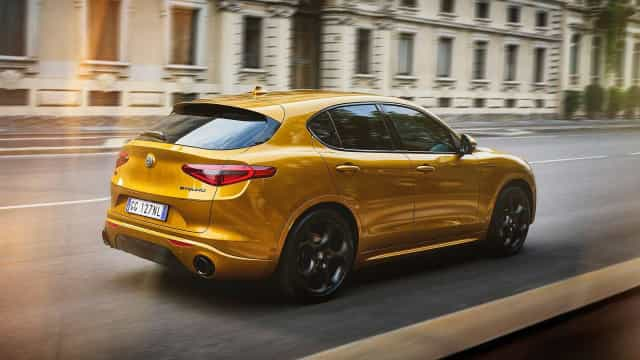 Alfa Romeo Stelvio na versão GT Junior. Definitivamente, um dourado retro