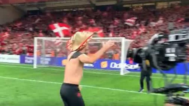 Dinamarca está no Mundial e houve quem festejasse de tronco nu e sombrero