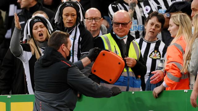 Adepto desmaiou nas bancadas e Newcastle-Tottenham foi interrompido