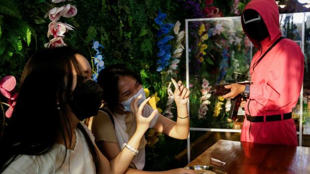Café em Jacarta imita 'Squid Game'. Clientes saem (vivos e) satisfeitos