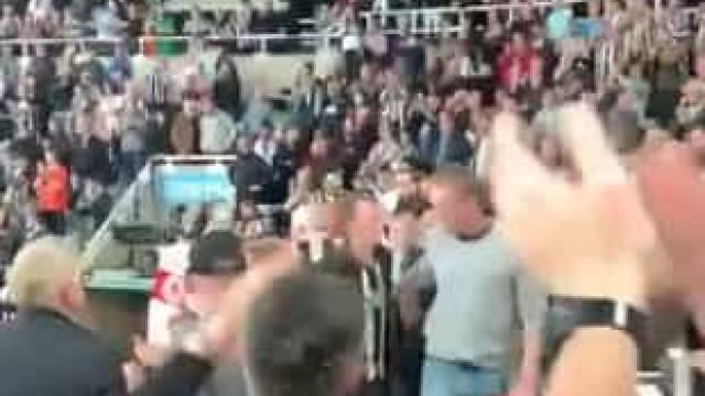St. James' Park aplaudiu de pé homem que salvou adepto do Newcastle