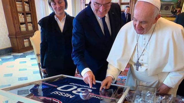 Papa recebe presente muito especial e com dedicatória especial de Messi