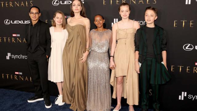 Angelina Jolie leva filhos a estreia de filme