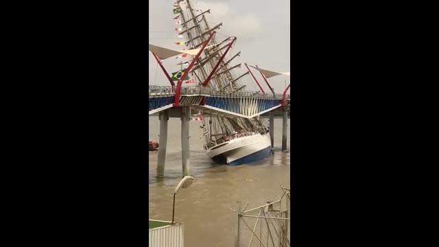Navio da Marinha do Brasil choca contra ponte no Equador