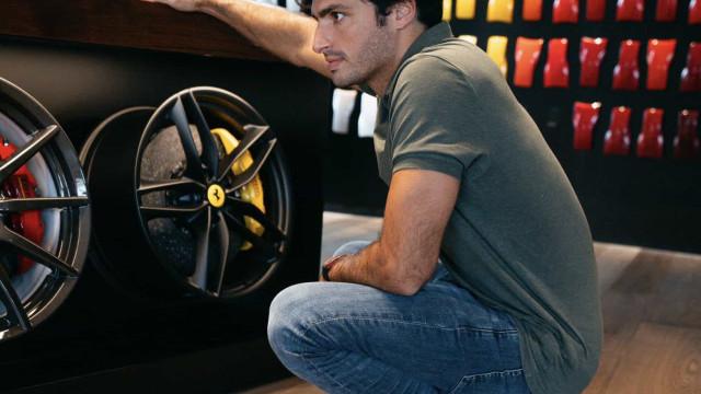 Carlos Sainz foi escolher Ferrari personalizado