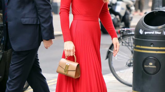 Kate Middleton dá nas vistas com look vermelho total