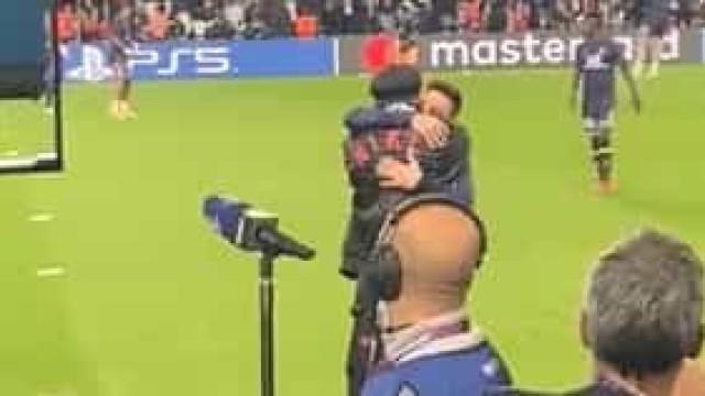 Assim foi o reencontro entre Ronaldinho e Messi no Parque dos Príncipes