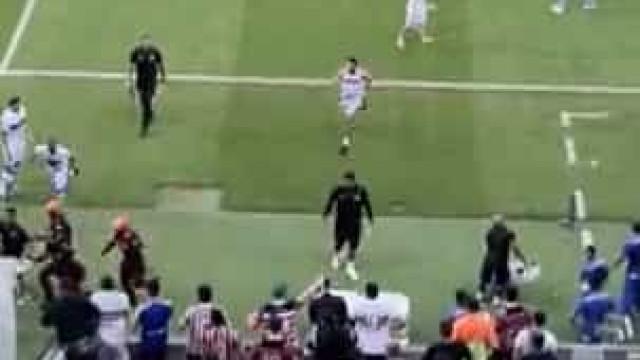 Adeptos invadem relvado e perseguem jogadores após derrota no Brasil