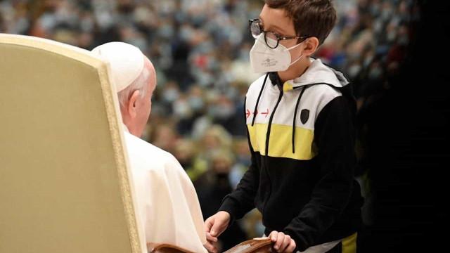 Menino 'invade' audiência do Papa e recebe solidéu igual ao de Francisco