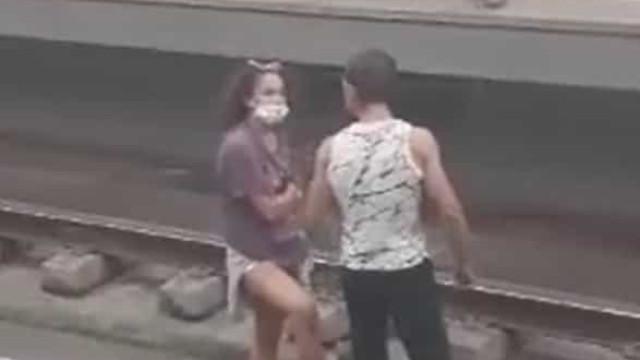 Casal a discutir na linha do Metro suspende circulação durante uma hora