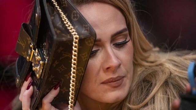 Adele arrasa com visual Louis Vuitton em saída com o namorado