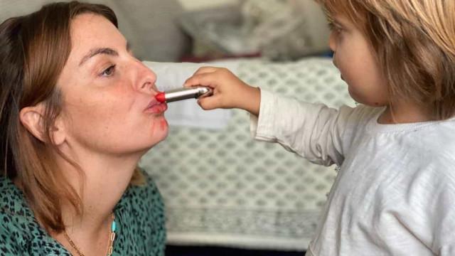 Jessica Athayde deixa-se maquilhar pelo filho. Eis o resultado