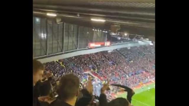 A euforia dos adeptos do Manchester United após o golo de CR7