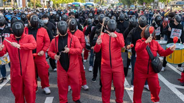 Manifestantes vestidos como em 'Squid Game' saem à rua na Coreia do Sul
