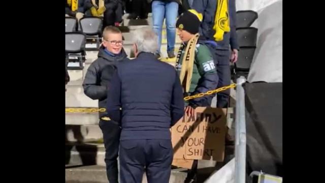 Mourinho foi até às bancadas fazer as delícias dos 'pequenos' noruegueses