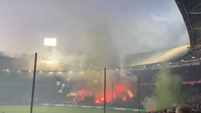 Fumarada por todo o lado: Chuva de petardos na casa do Feyenoord