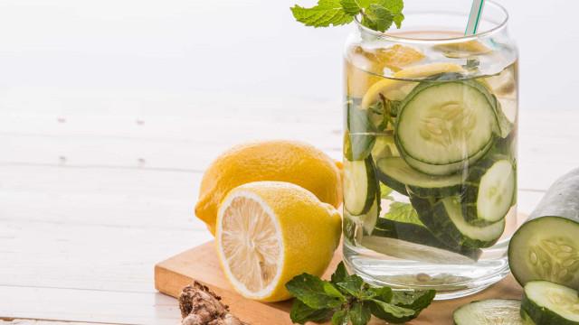 Tem a barriga inchada? Sumo detox potente de gengibre, limão e pepino