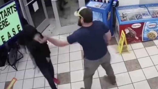 Cliente termina com assalto à mão armada antes mesmo deste começar
