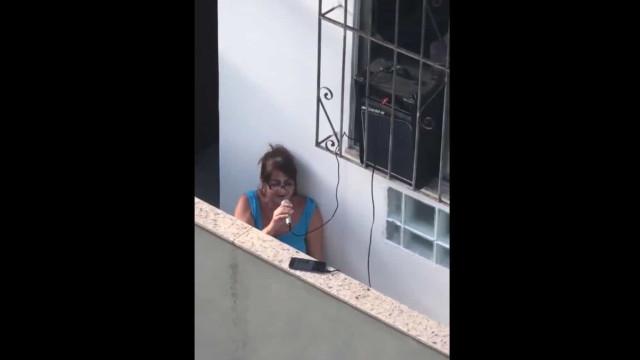 """""""Foi para chatear vizinha"""". Torna-se viral a cantar karaoke na varanda"""