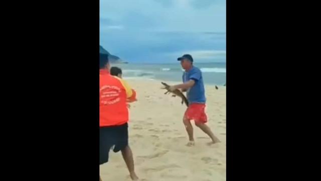 Brasil. Homem usa jacaré para morder adversário durante escaramuça