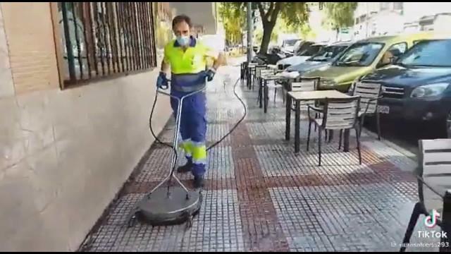 """Cliente de esplanada acossa e filma cantoneiro que limpava rua. """"Imbecil"""""""