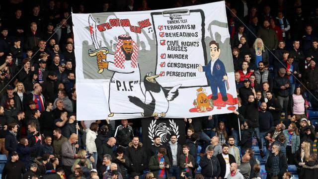 Polícia inglesa investiga faixa exibida no Crystal Palace-Newcastle