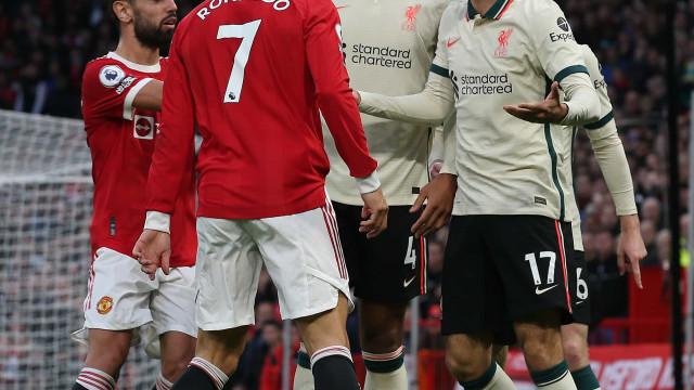 Cristiano Ronaldo e Van Dijk 'pegaram-se' e tiveram de ser separados