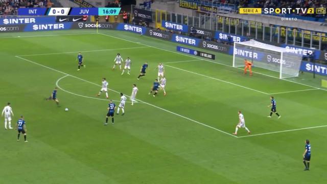 Dzeko emenda 'míssil' aos ferros e deixa a Juventus em apuros