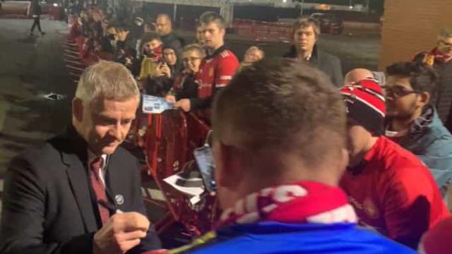 United foi humilhado e Solskjaer acabou a noite... a tirar selfies