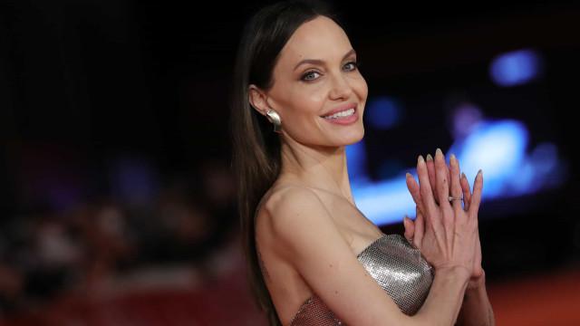 Ups! Angelina Jolie dá nas vistas com extensões de cabelo mal colocadas
