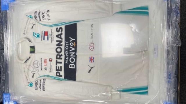 Quer comprar um fato usado e assinado por Lewis Hamilton? Está em leilão