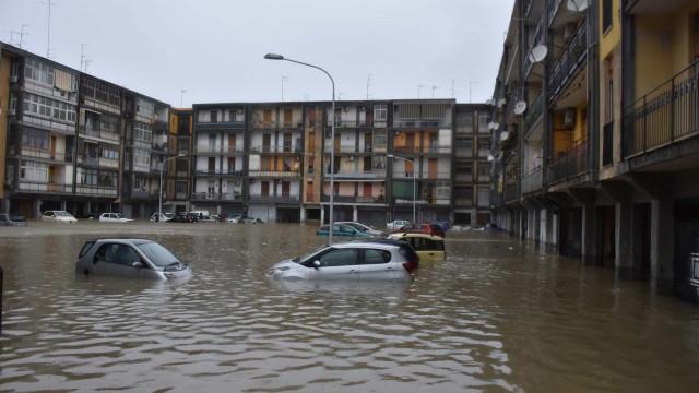 Pelo menos dois mortos em tempestade rara que inundou cidade na Sicília