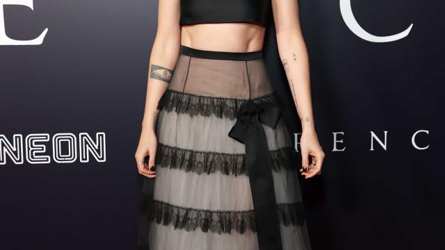 Kristen Stewart brilha com crop top e saia comprida